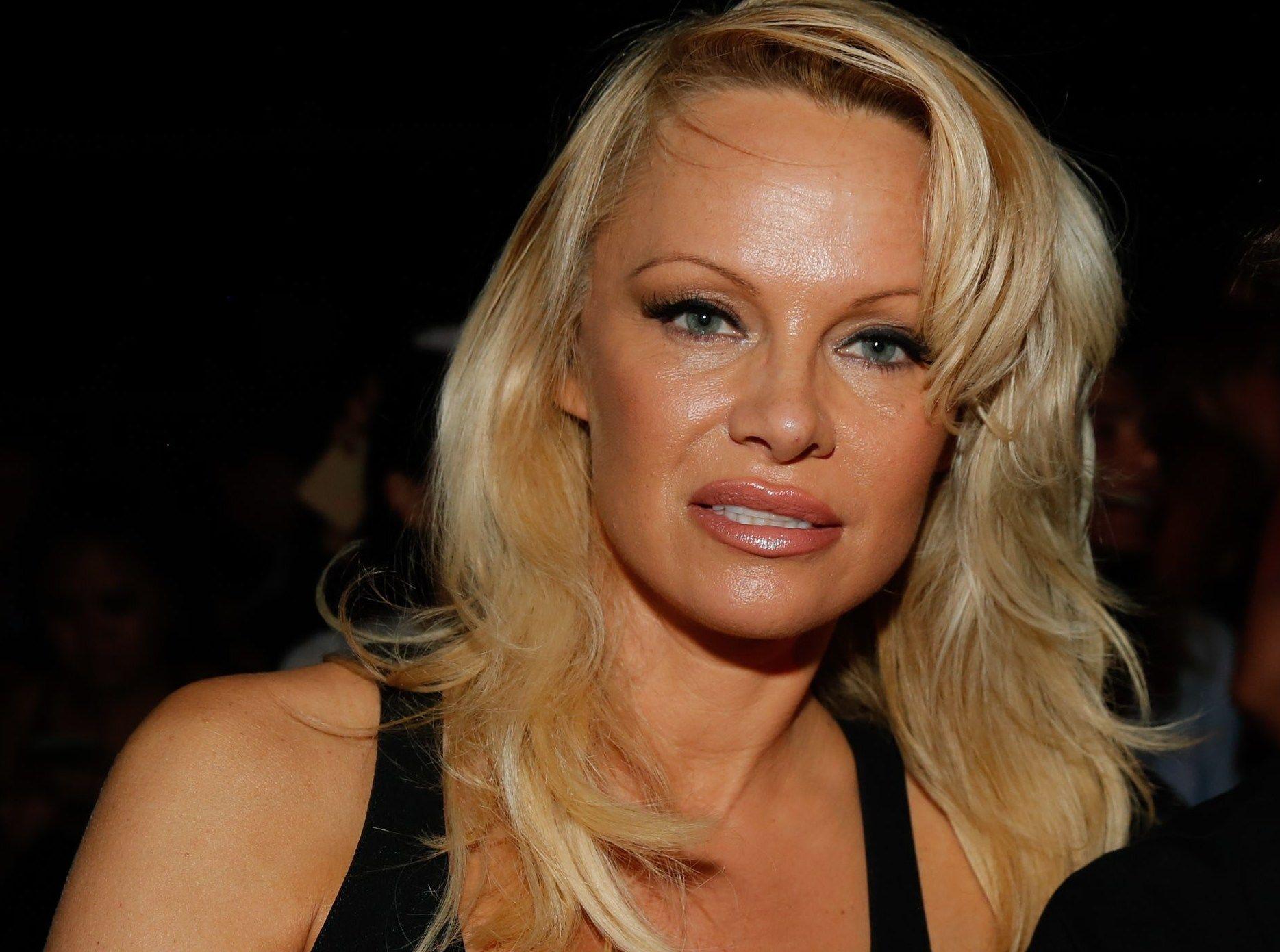 REAGERER: Pamela Anderson ville først og fremst snakke om dyrevern og hennes støtte til Julian Assange. Men hun frykter resultatet blir kropp og menn.