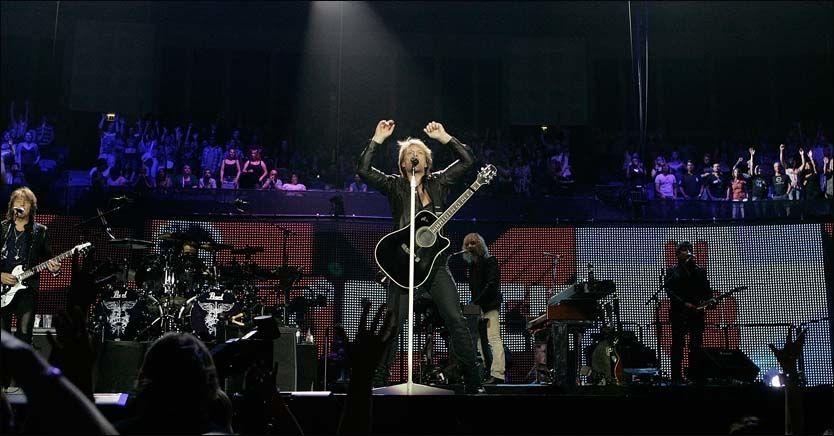 ROCKET VIDERE: Jon Bon Jovi, her fra en konsert i London tidligere i sommer, kjørte på - selv etter skaden på fredag. Foto: PA Photos.