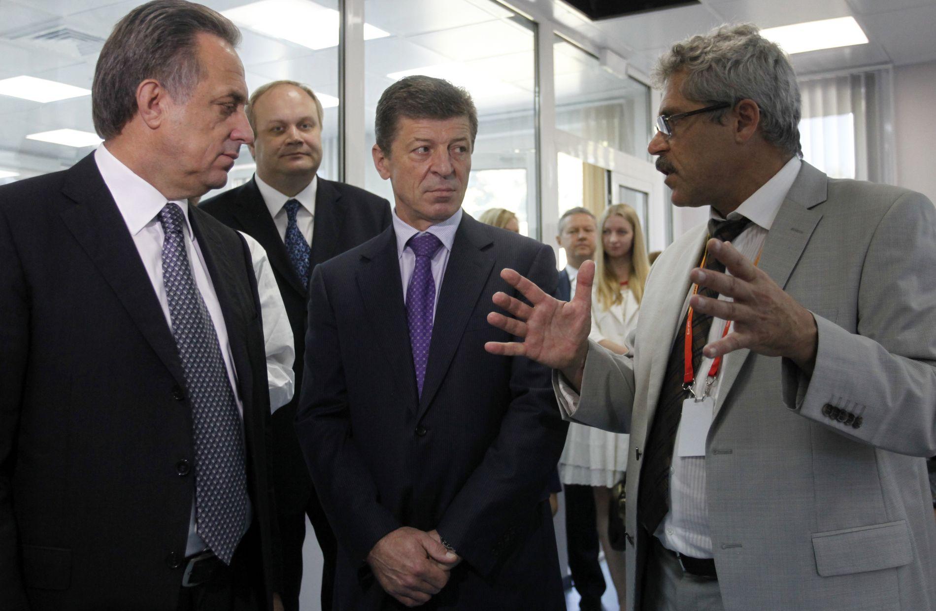«FORRÆDER»: Grigorij Rodtsjenkov (t.h.) blir for tiden fremstilt som forræder i Russland. Her er han fotografert i 2013 sammen med daværende sportsminister Vitalij Mutko (t.v.), som nå er visestatsminister. Mannen i midten er Dmitrij Kozak, en annen kjent politiker. Bak daværende visesportsminister Jurij Nagornykh, som av Rodtsjenkov blir fremstilt som den som ledet dopingplanen mot Sotsji-OL.