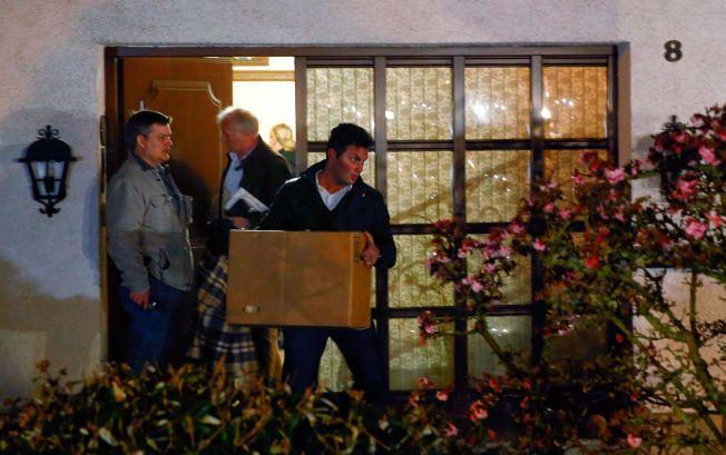 SAMLER BEVIS: Tyske etterforskere bærer kasser ut av det som antageligvis er huset til 27-åringens foreldre i Montabur torsdag kveld.