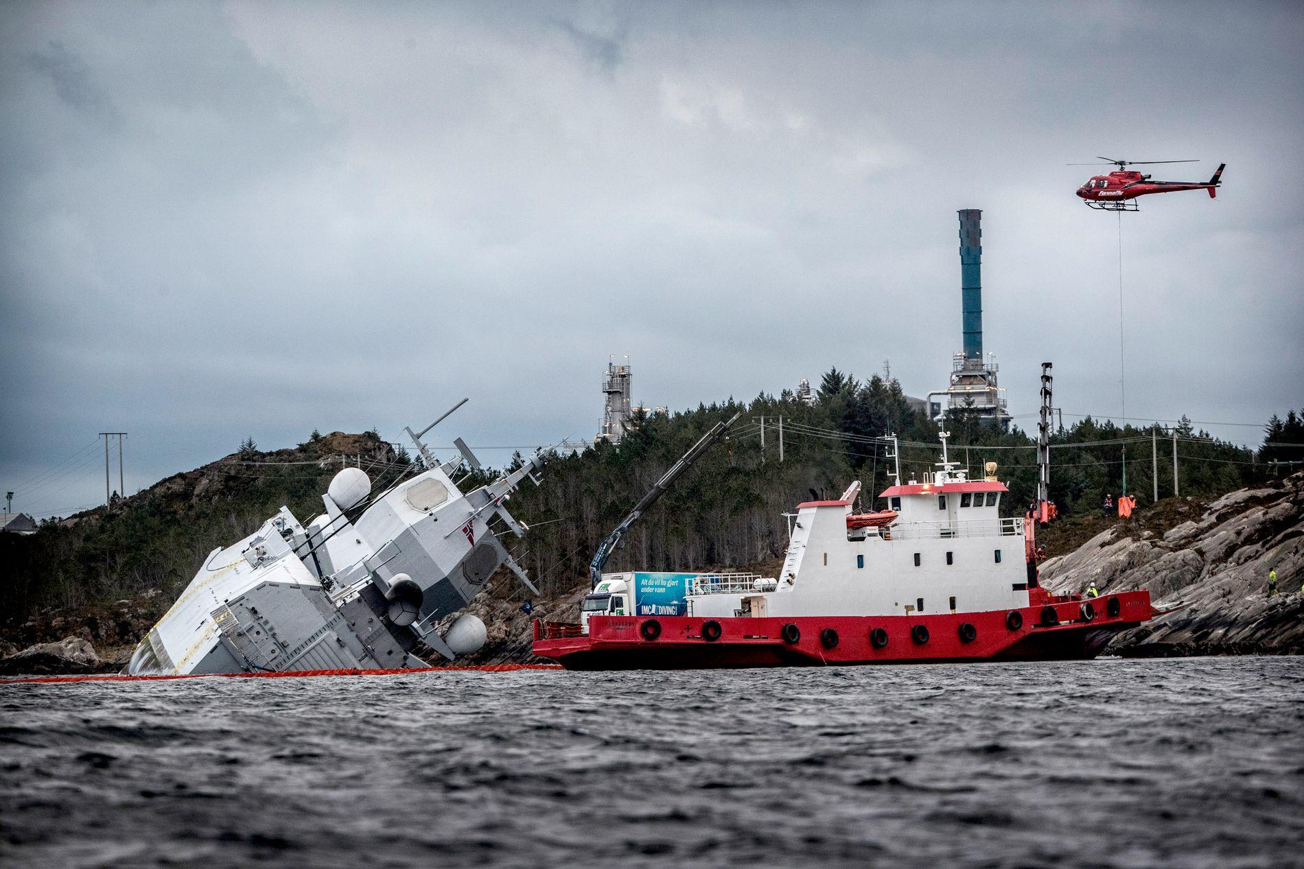 DRAMATISK: Redningsmannskapene jobber på spreng for å berge milliardfregatten KNM «Helge Ingstad», etter at skipet kolliderte med tankskipet TS «Sola» utenfor Stureterminalen i Hjeltefjorden i firetiden natt til torsdag.