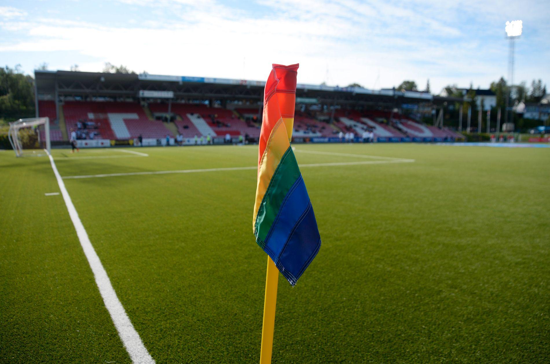 REGNBUE: Disse hjørneflaggene blir å se på norske eliteseriestadioner førstkommende helg. Her fra Tromsøs hjemmebane Alfheim i 2018.