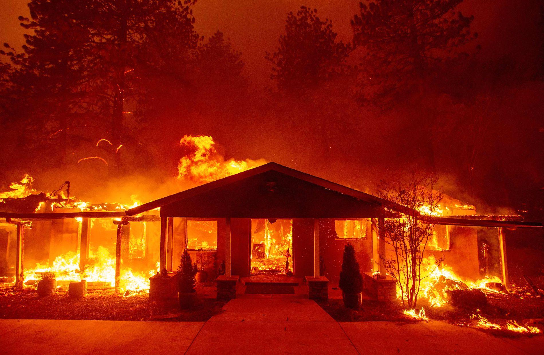 CALIFORNIA BRENNER: 150.000 mennesker, deriblant Caitlyn Jenner og Kardashian-familien, har evakuert fra Malibu-området på grunn av den eksplosive skogbrannen Woolsey Fire. VG presiserer at huset på bildet ikke er Caitlyn Jenners.