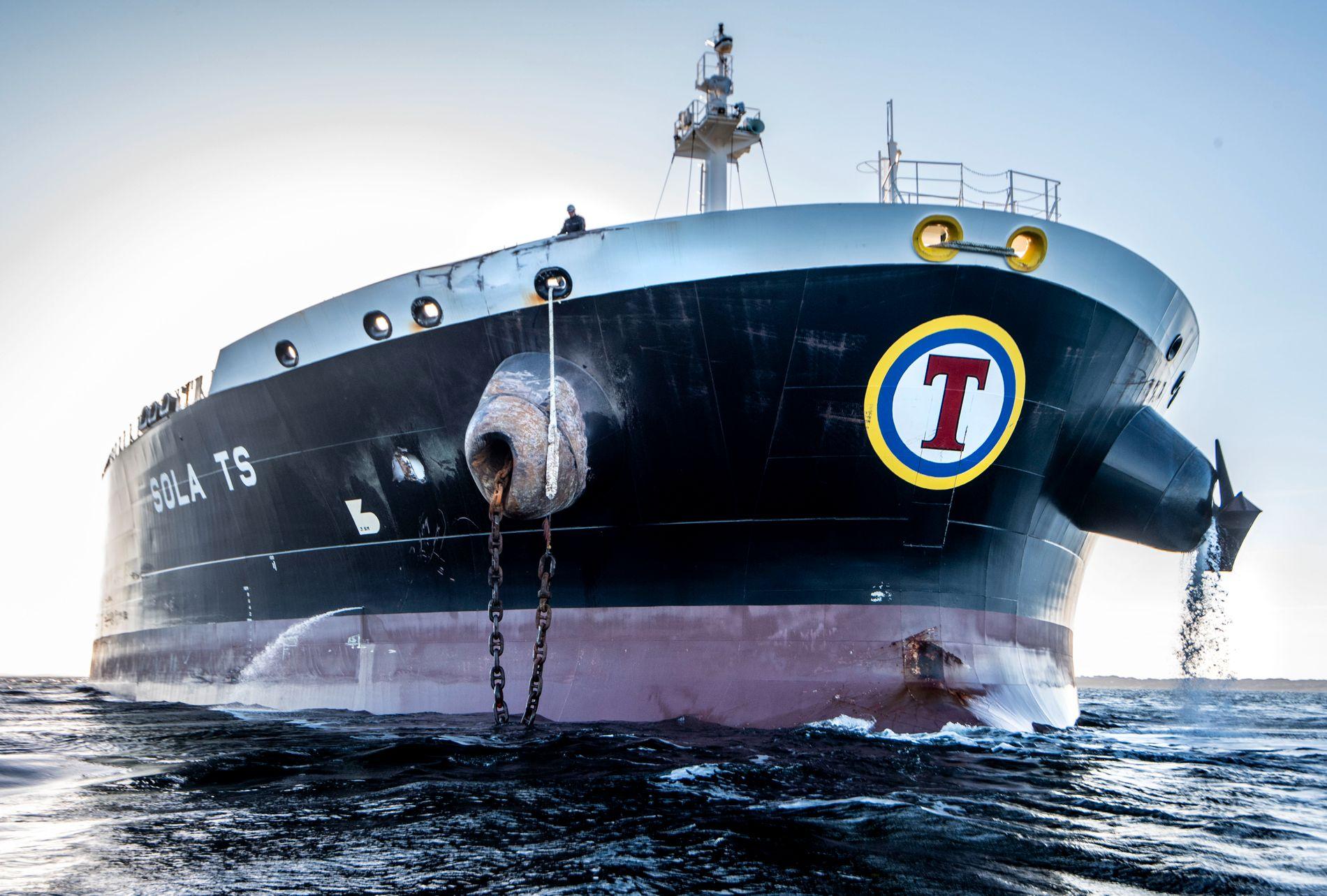 HULL: Tankskipet «Sola TS» har tydelige skader på ankerklysset på styrbord side (venstre side på bildet) og et hull i skutesiden like bak, etter sammenstøtet med KNM «Helge Ingstad». Ellers kom tankskipet relativt uskadet fra sammenstøtet.