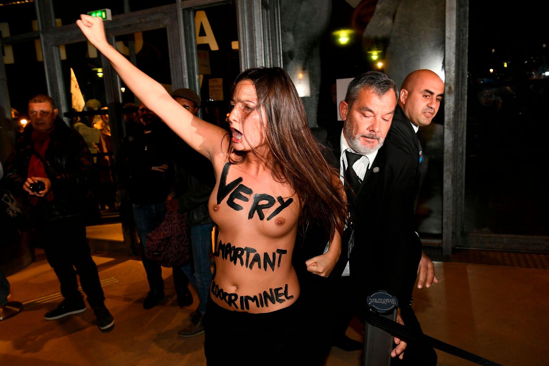 DEMONTSTRASJON: Flere kvinner blottet brystene, men også mange påkledde demonstranter viste sin misnøye før visningen av Roman Polanskis «D'apres une histoire vraie (Based on a True Story)» i Paris mandag.