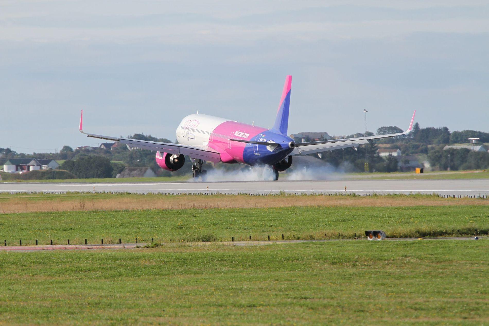 NØDLANDET: Her lander Wizz Air flyet på Sola flyplass.