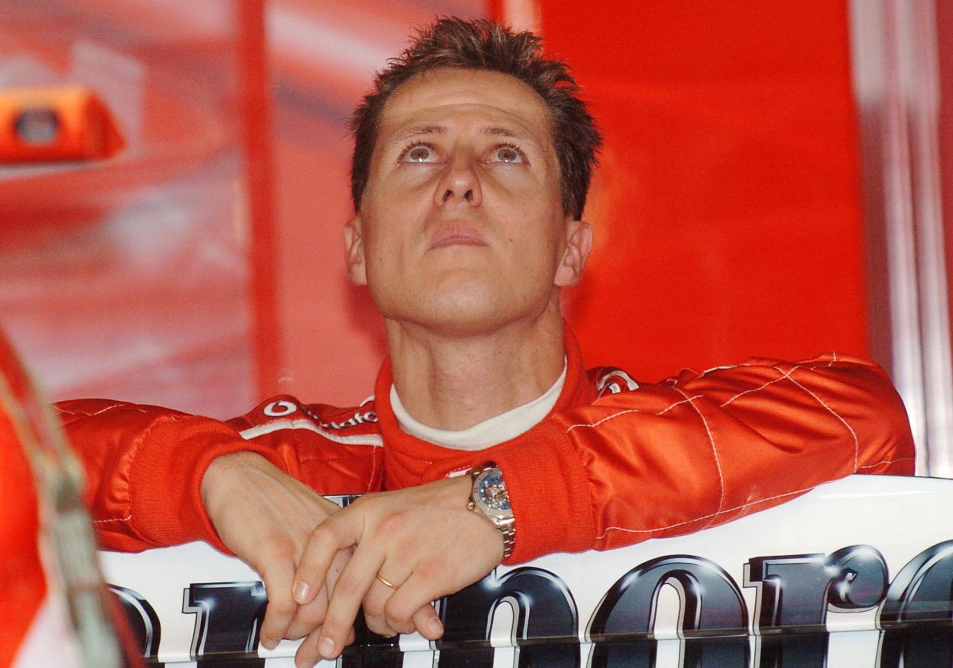 SNUDD PÅ HODET: Her følger Michael Schumacher med på skjermen under trening i forkant av Australian Grand Prix i Melbourne i mars 2004.