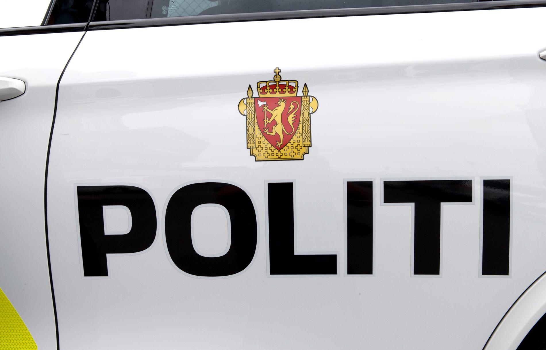 BA OM FØRERKORTET: Sjåføren ba til slutt politimannen forlate bilen, men da skal han ha tatt fram sitt tjenestebevis og bedt om sjåførens førerkort.