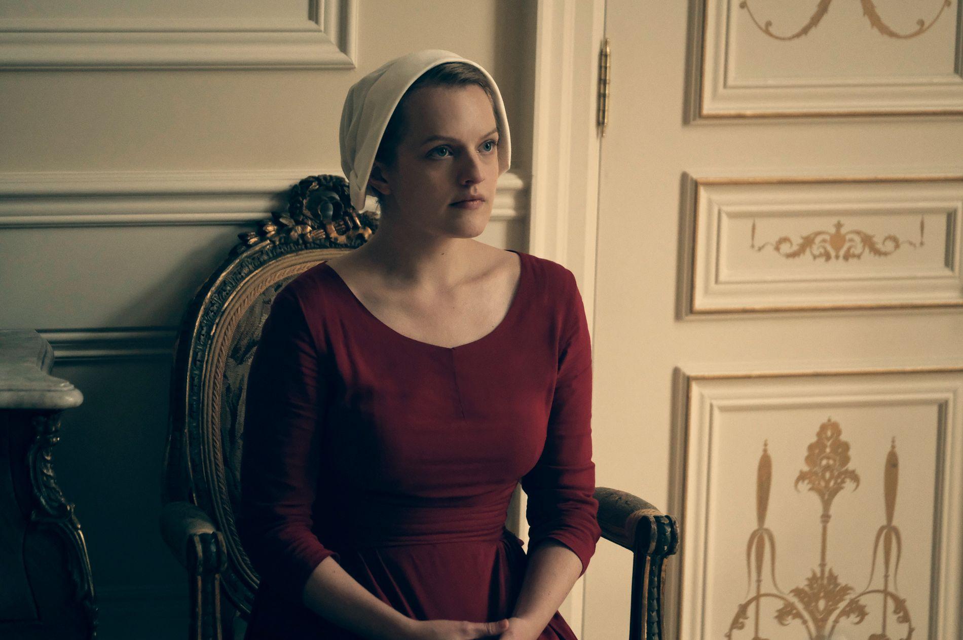 STORSPILLER: Elisabeth Moss vant Emmy-pris og er Golden Globe-nominert for rollen som Offred i «The Handmaid's Tale».
