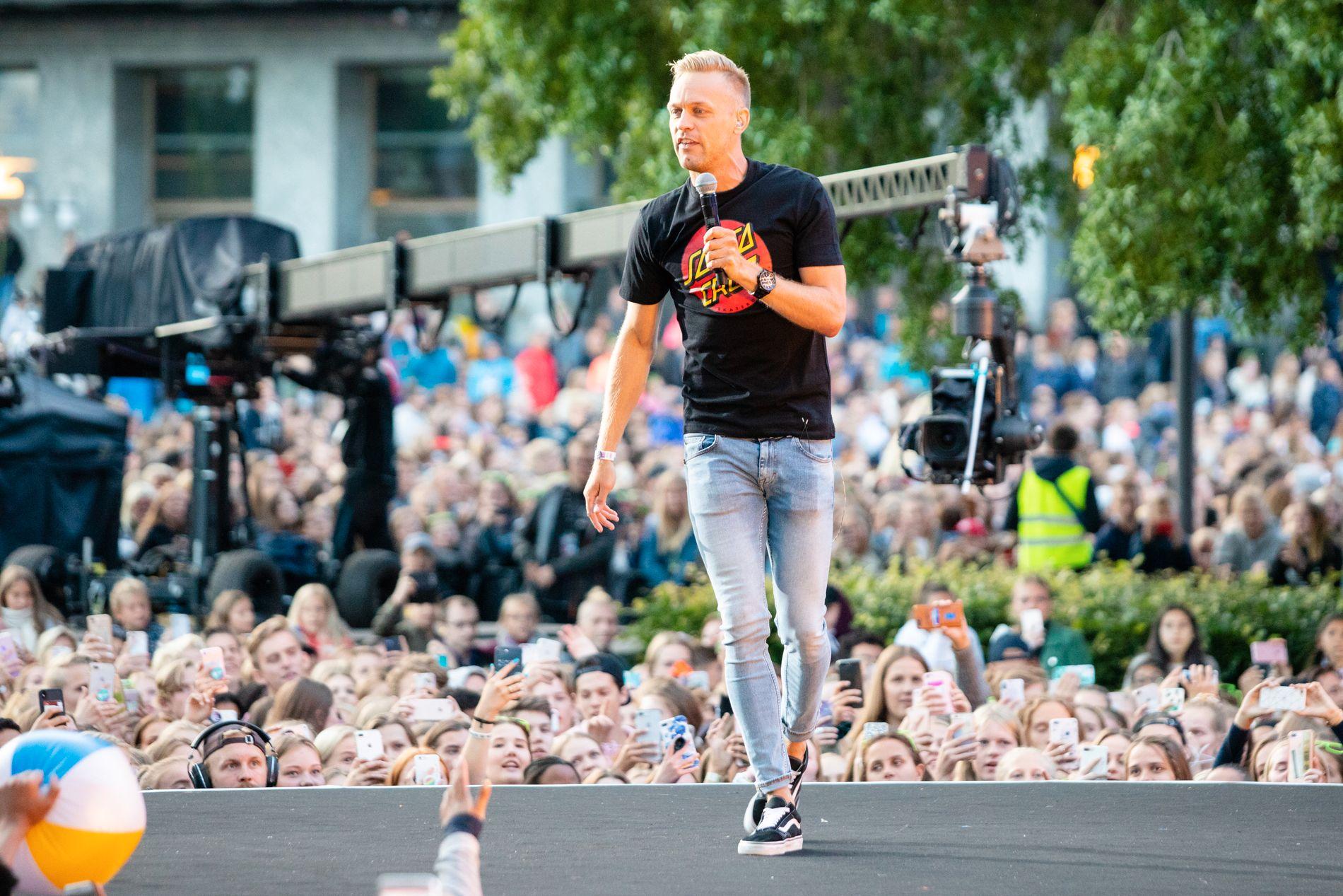 «JEG MÅ EVAKUERES»: Mads Hansen har gjort stor suksess med låten «Sommerkroppen». Her fra VG-lista på Rådhusplassen tidligere i sommer.