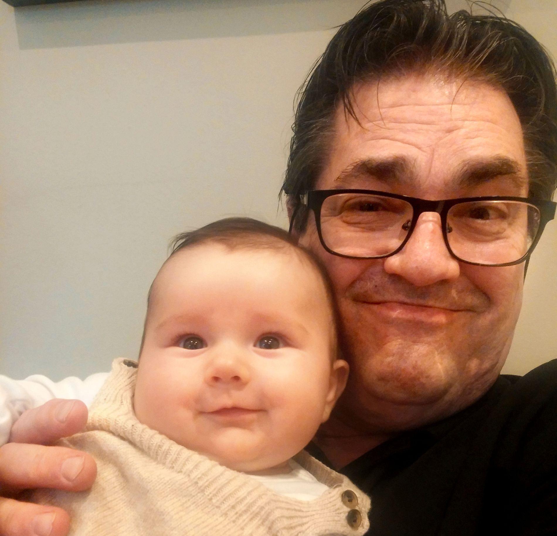 GODE VENNER: Tande-P og barnebarnet Amanda er gode venner. - Vi stortrives sammen med henne, den nybakte bestefaren.
