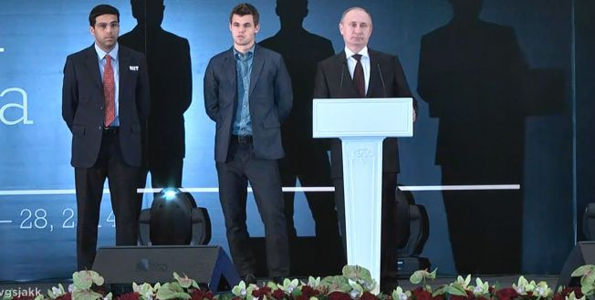 STORFINT BESØK: Vladimir Putin var på talerstolen under sjakk-VMs avslutningsseremoni, og gratulerte blant annet norske Magnus Carlsen med sin seier.