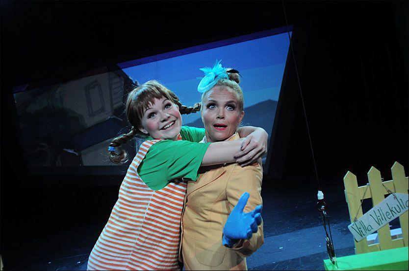 NB, NB!: Det er bare å merke seg navnet: 14 år gamle Evelina Moholt imponerer enormt i Christiania Teaters «Pippi Langstrømpe»! Guri Schanke spiller fru Prysselius. Foto: SCENEKVELDER/CHRISTIANIA TEATER.
