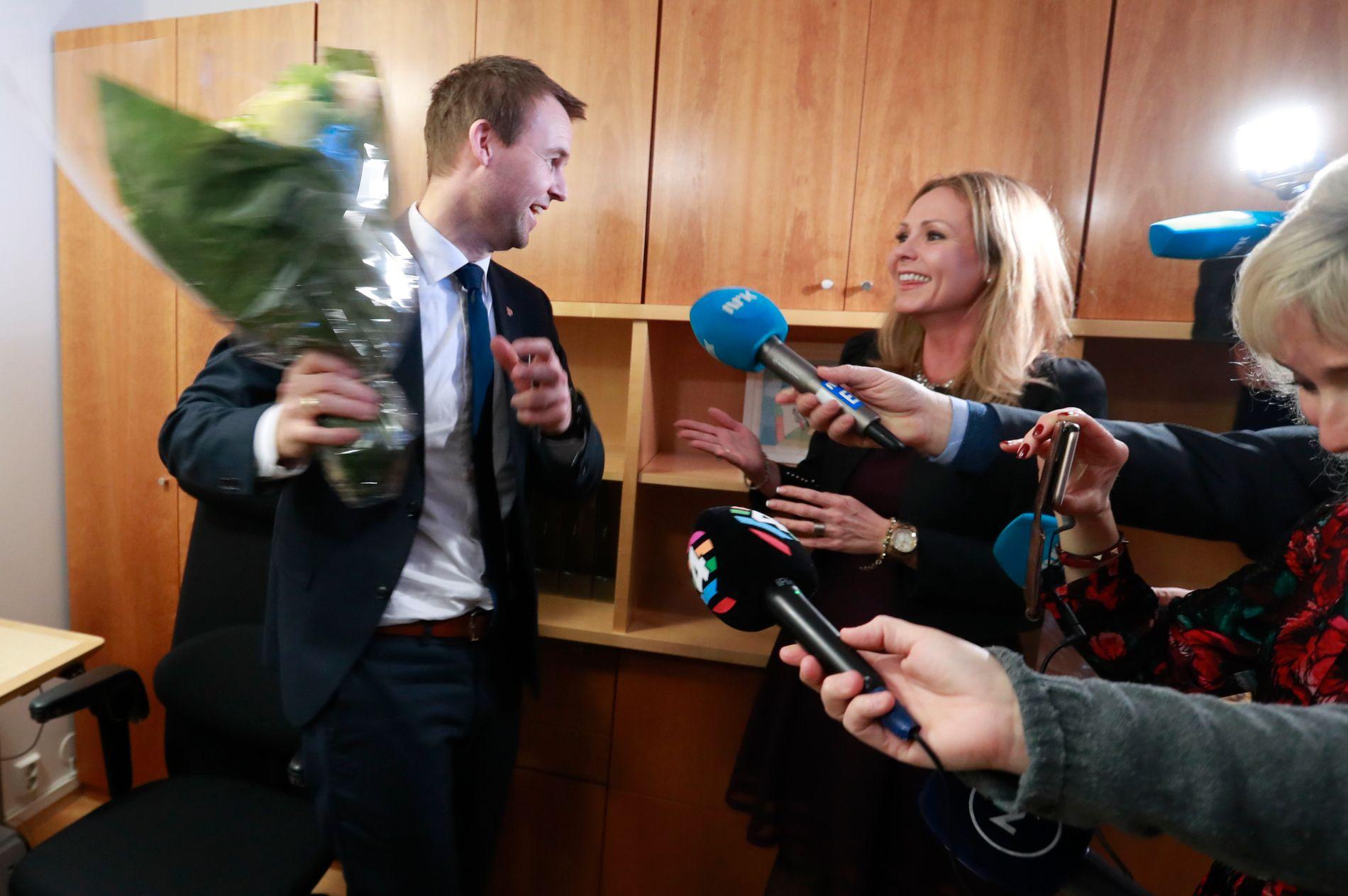 EN INN, EN UT: Kjell Ingolf Ropstad fikk blomster av Linda Hofstad Helleland da han overtok kontoret hennes.