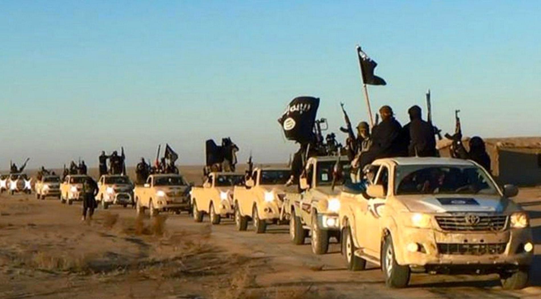 RULLER FREM: Dette bildet, sendt ut av IS selv i 2014, skal vise deres krigere på vei mot Raqqa i Syria.