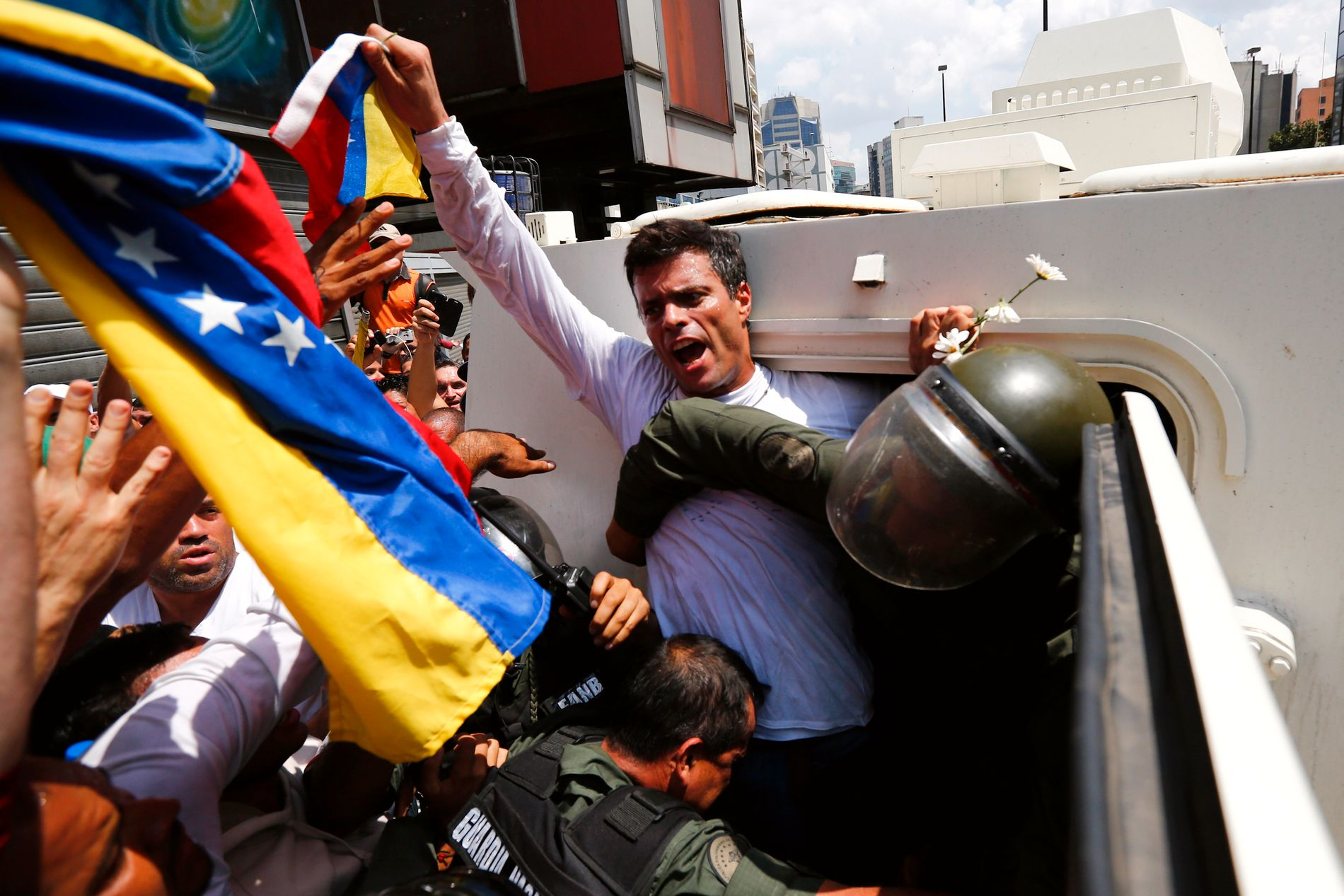 SITTER FENGSLET: – Leopoldo López er omstridt både i og utenfor Venezuela. Analysen han nesten sto alene om derimot, var helt korrekt: opposisjonen kjempet mot et diktatur, skriver kronikkforfatteren. Bildet: Her blir opposisjonslederen Leopoldo López fengslet i 2014. Tre år etter, sitter han fortsatt fengslet.