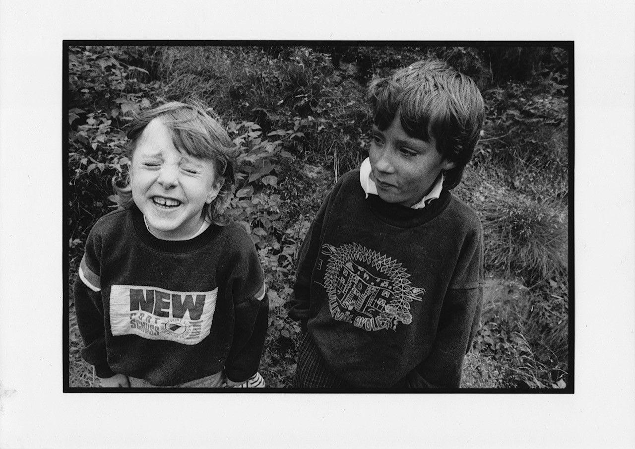 BARNDOM: – Jeg var heldig. Fordi jeg kunne teste så mye og fordi jeg kunne bevege meg så fritt. Samtidig hadde jeg storebroren min, som ikke er født med en like sterk kropp som min, skriver Kristin Grue, her sammen med broren Jan i et bilde tatt av faren Lars.