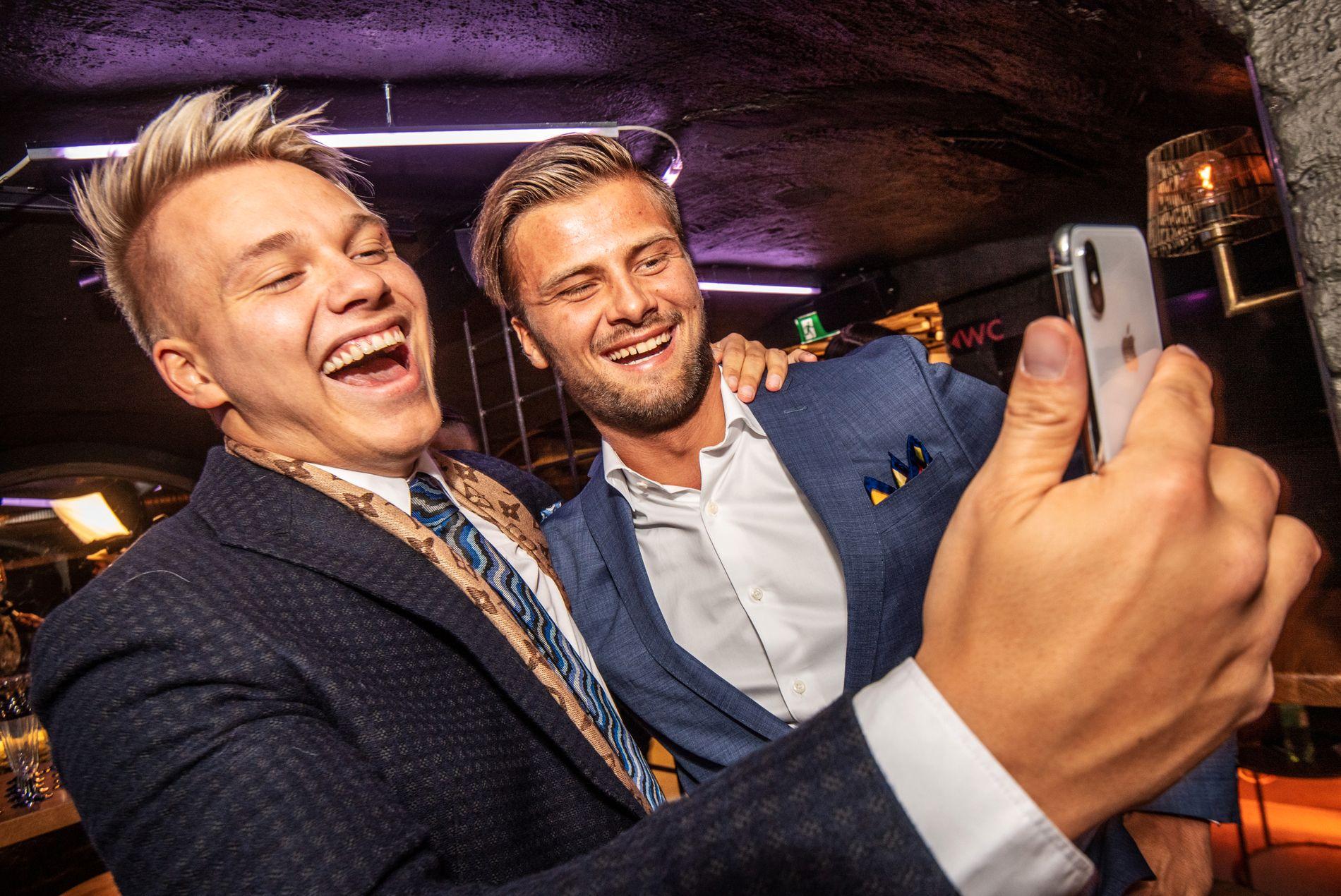 FESTKLARE: Erik Anders Sæter og Mario Riera hygget seg sammen på premierefest.