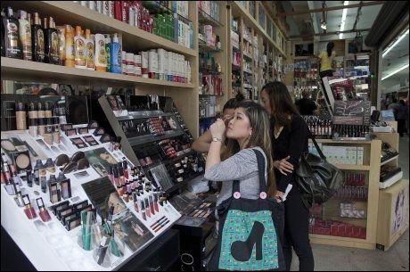 ØKONOMISK VEKST: Kvinner prøver kosmetikk i en butikk i Sao Paulo i Brazil. Landet har hatt en solid økonomisk vekst, noe som har kommet landets fattige til gode. Foto: ANDRE PENNER / AP / NTB SCANPIX