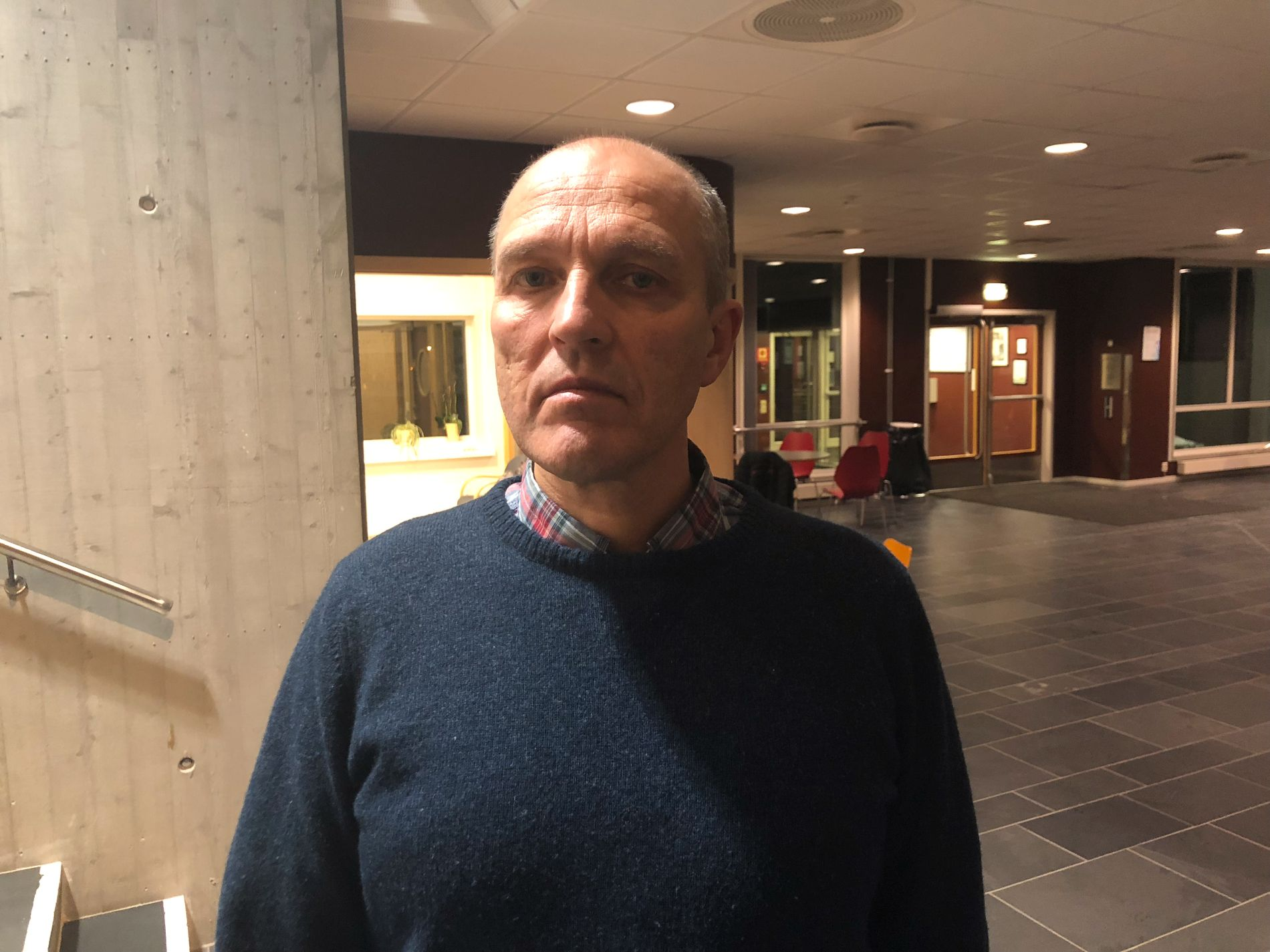 SKOLE: Rektor Leif Solheim ved Vinstra videregående skole har vært til stede på skolen i kveld.