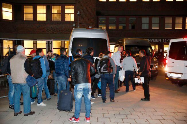 FLEST MENN: Også til Norge kommer det langt flere mannlige enn kvinnelige asylsøkere. Her fra køen for å bli registrert etter ankomst til Norge.
