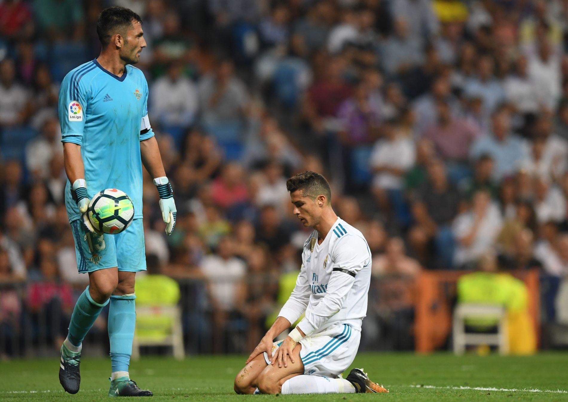 PÅ KNE: Real Madrids Cristiano Ronaldo sitter oppgitt foran Real Betis-keeper Antonio Adan.