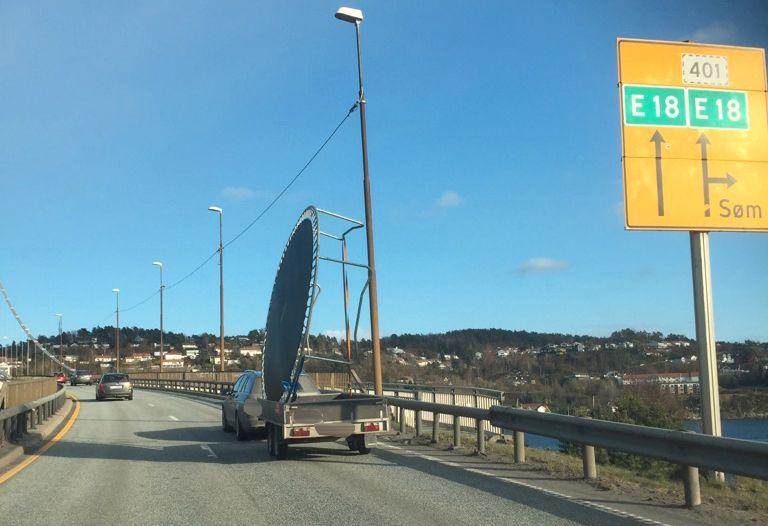 SJOKK: VG-tipseren ble overrasket da han så hvordan bilisten foran fraktet trampolinen på E18.