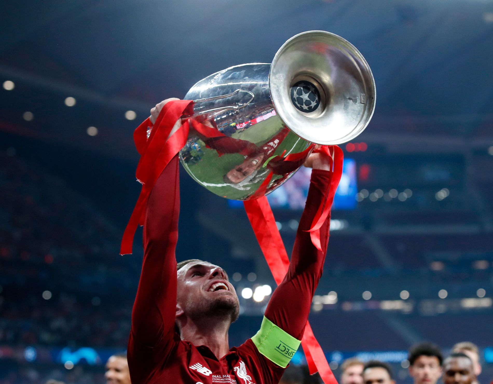 BRAGD: Jordan Henderson fikk løfte Champions League-pokalen som Liverpools kaptein.