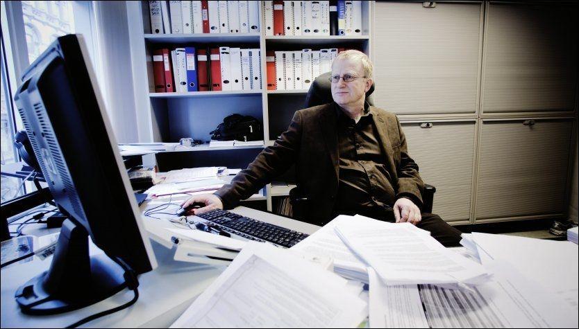 KRITISK: Trond Egil Hansen, visepresident i Legeforeningen, er sterkt imot at staten skal betale for omskjæring av guttebarn. Her er Hansen fotografert på sitt kontor. Foto: FOTO: MARKUS AARSTAD / VG