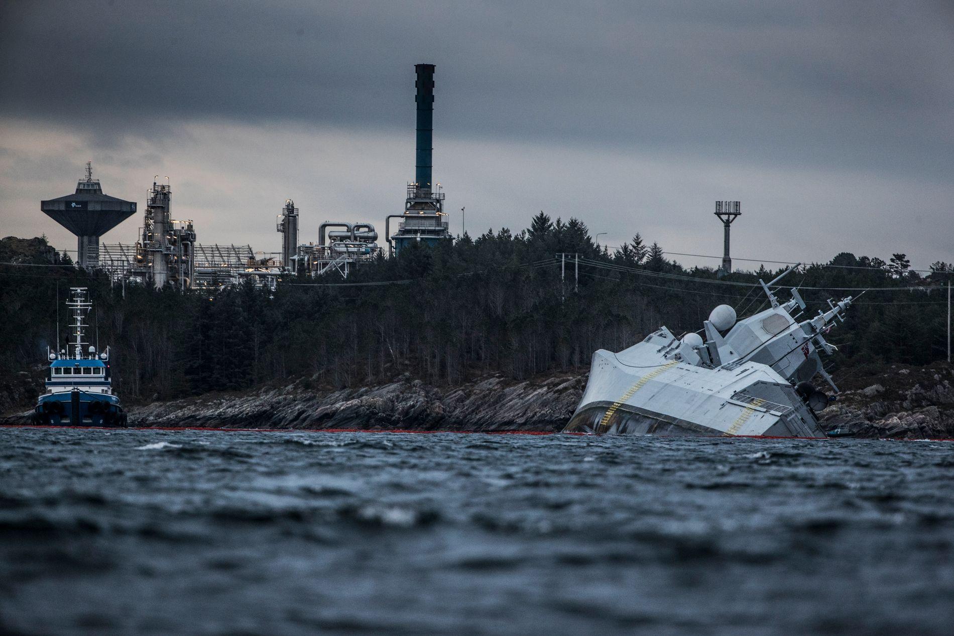 SIKRES: Arbeidet med å sikre KNM «Helge Ingstad» beskrives som svært krevende av Sjøforsvaret.