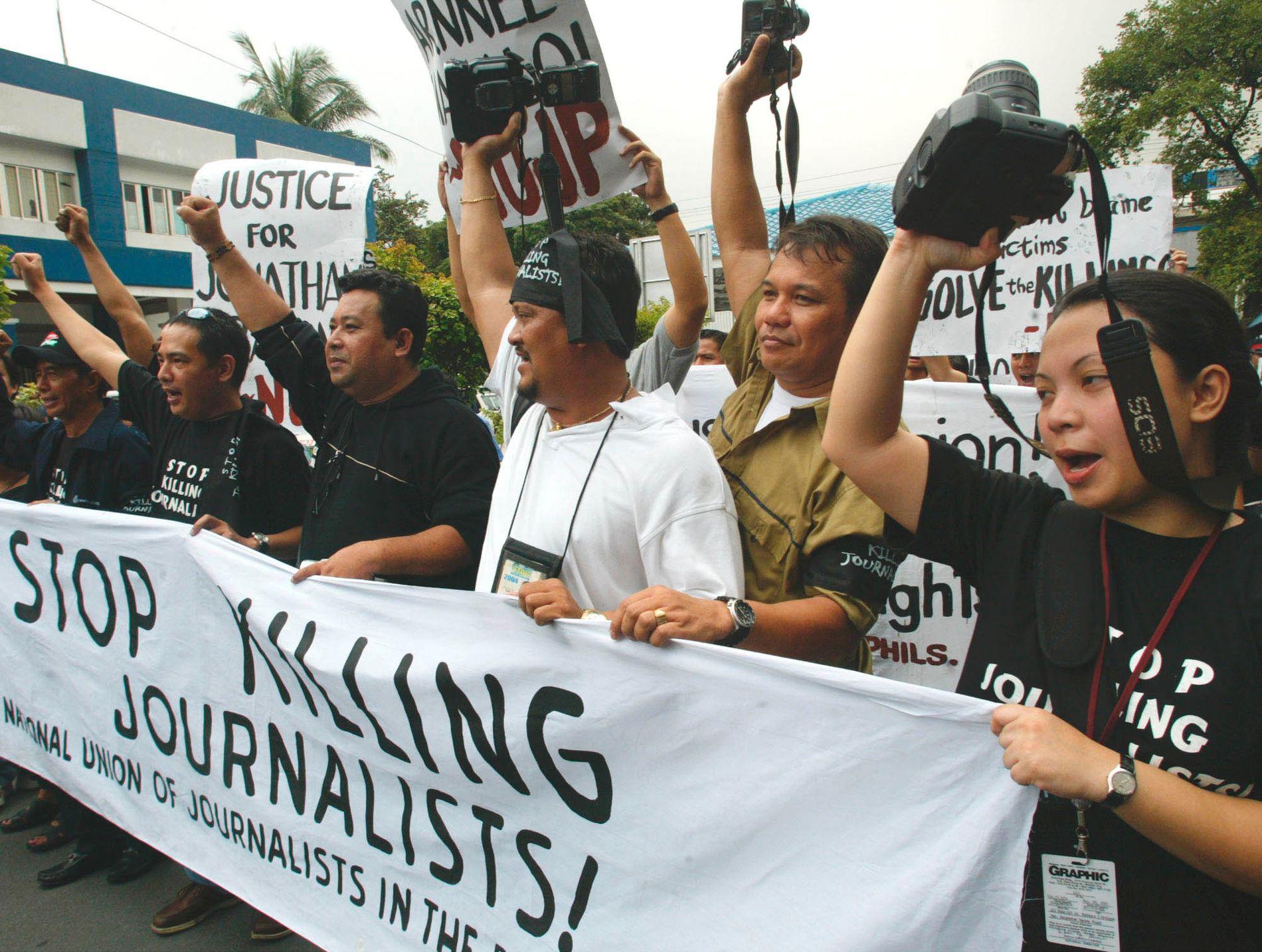 FARLIG STED FOR JOURNALISTER: En protest for å rette fokus på drepte journalister i august 2004 utenfor hovedpolitistasjonen i byen Quezon, Filippinene. Mellom 1986, da demokratiet ble restaurert, og til 2004 ble 40 journalister drept på Filippinene.