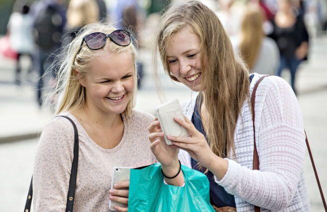 FAST FØLGESVENN: Smarttelefonen er for lengst blitt fast følge for videregående-elevene Solveig Nordset Horn (til venstre) og Mildrid Hoff.  I skoletimene er det imidlertid laptopen som er det viktigste verktøyet både til skolearbeid og sosiale medier. Tirsdag var Lillehammer-jentene på shoppingtur i Oslo.