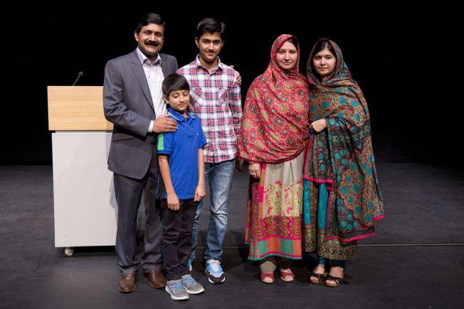 TOK MED FAMILIEN: Malala Yousafza kom med flere av sine familiemedlemmer til pressekonferansen.