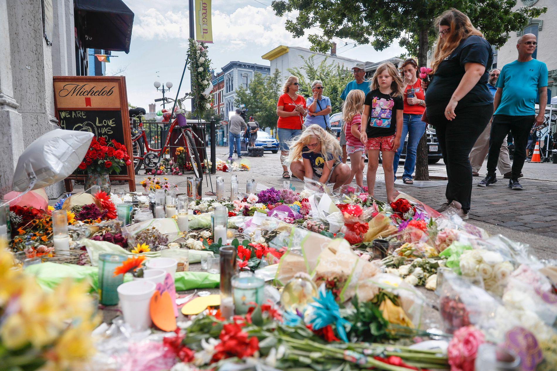 TRAGEDIE OHIO: Blomsterhav utenfor baren hvor ni personer ble drept i helgen.