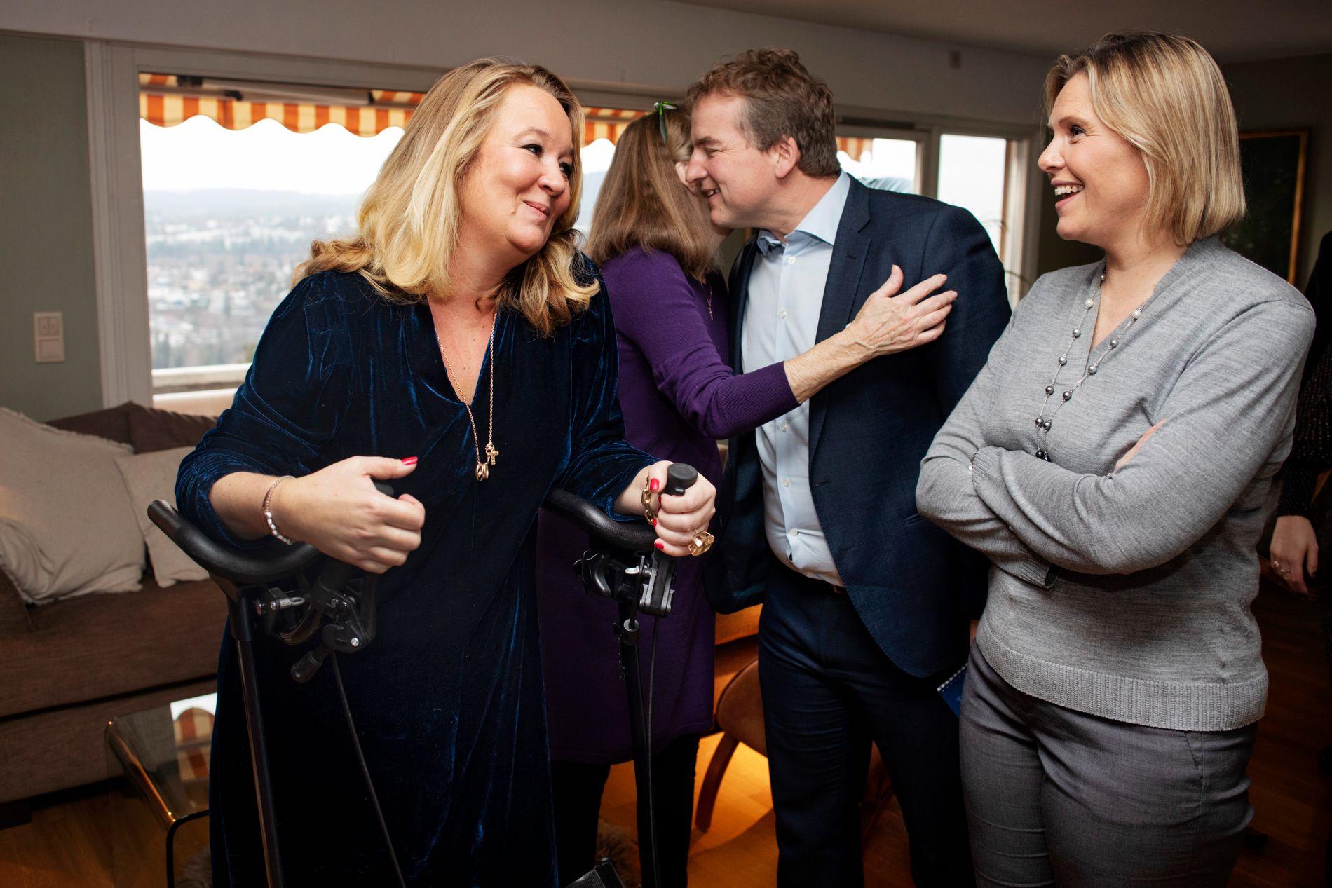 GJENNOMSLAG: Sylvi Listhaug (Frp) overrekker den gode nyheten til Cathrine Nordstrand (til venstre). Nå kan hun søke om behandlingsreise til utlandet. Bak dem gir Høyre-politiker Sveinung Stensland Cathrines mor, Didi Rosted, en klem.