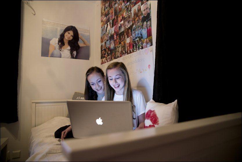 INGEN ROSABLOGG: 13 åringen Jennie Sofie (t.h) startet å blogge da hun var tolv. I dag har hun over 6000 lesere daglig, men både hun og foreldrene er opptatt av at hun ikke skal drive en typisk rosablogg. Her med venninnen Ella (13) og venninnen Ella (13)