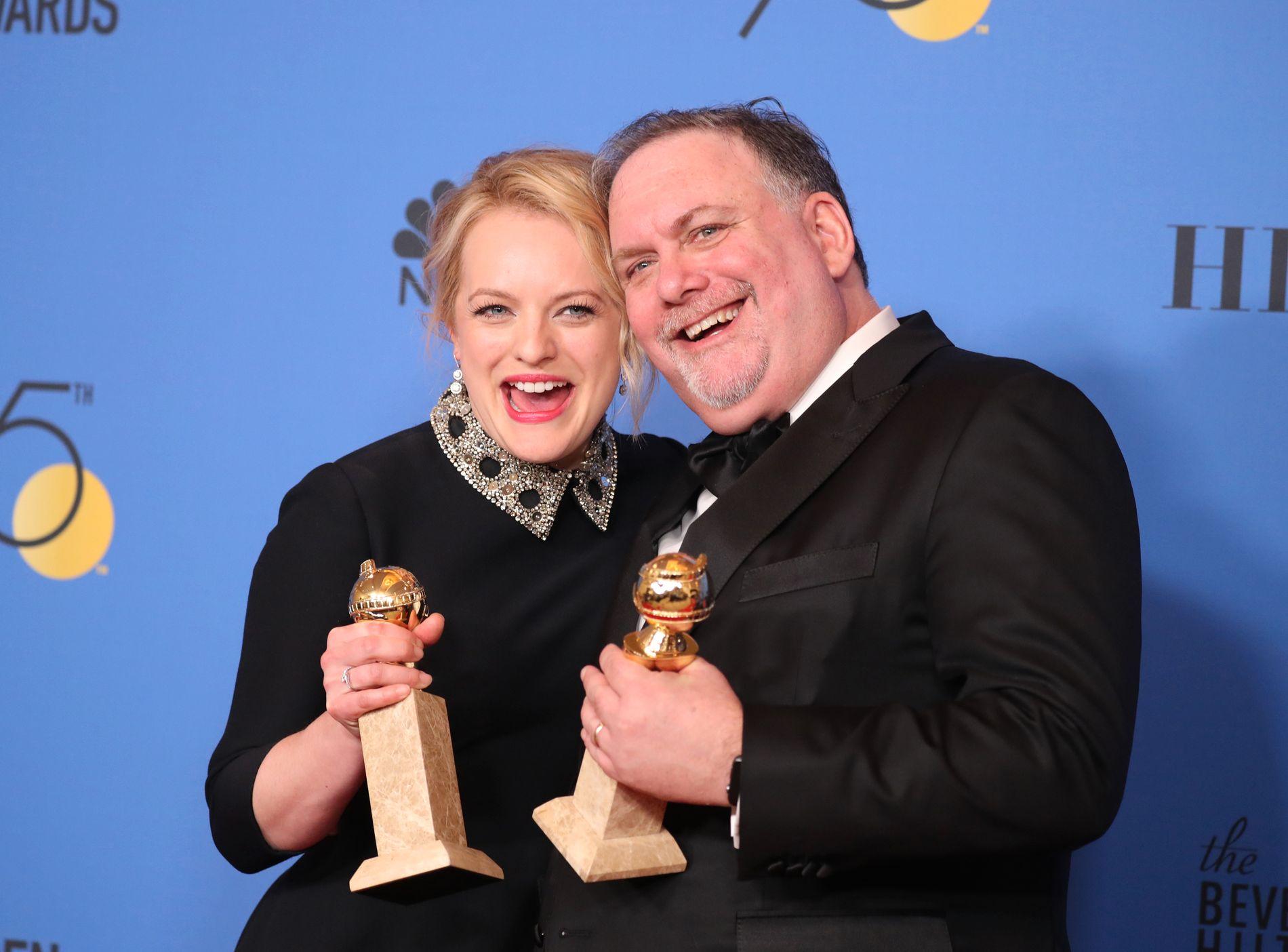 GJEVE PRISER: Skuespiller Elisabeth Moss og produsent Bruce Miller poserer med prisene de vant for «The Handmaid's Tale».