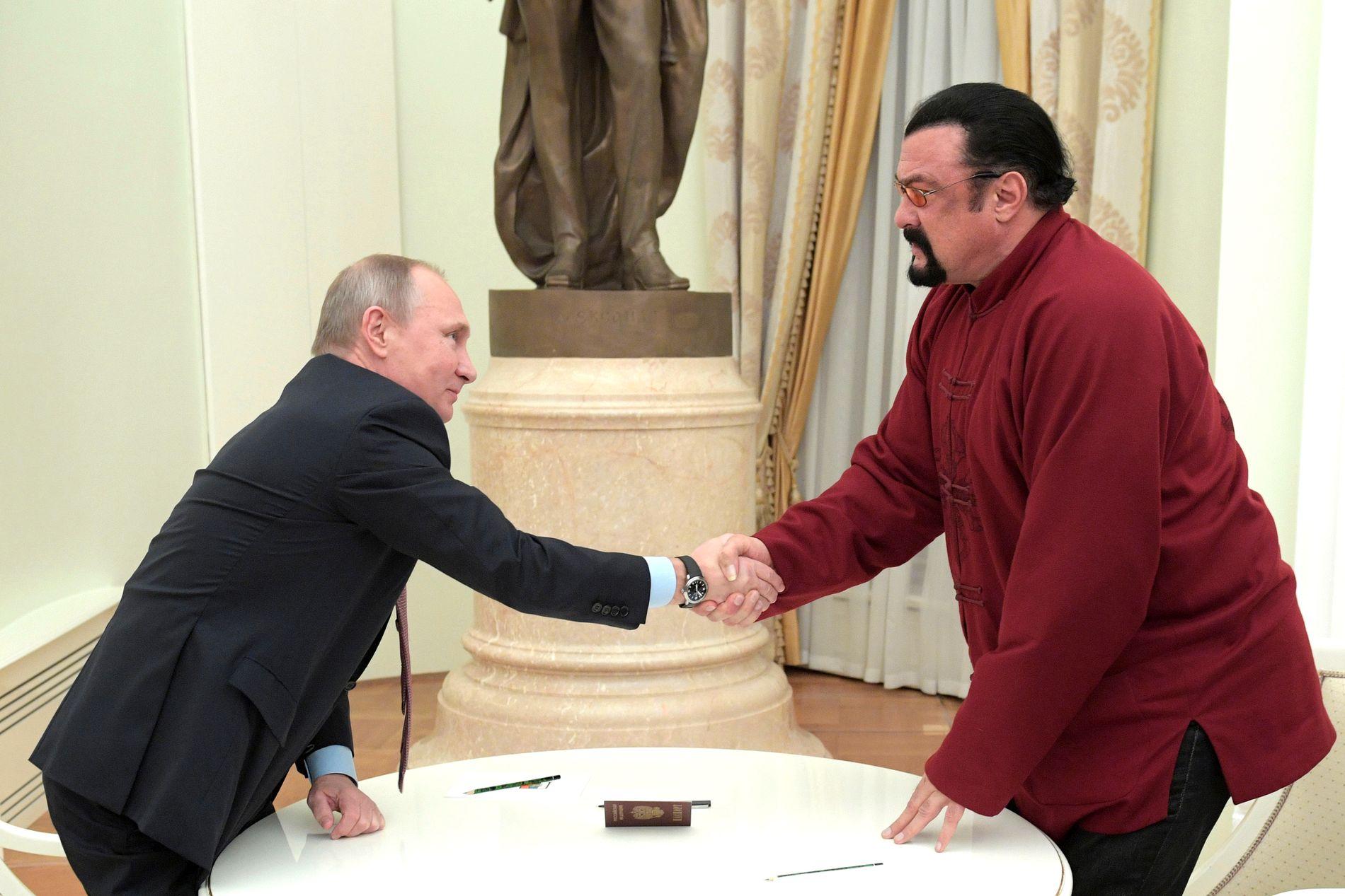 Skuespiller Steven Seagal hilser på den russiske presidenten Vladimir Putin. Bildet er fra 2016.