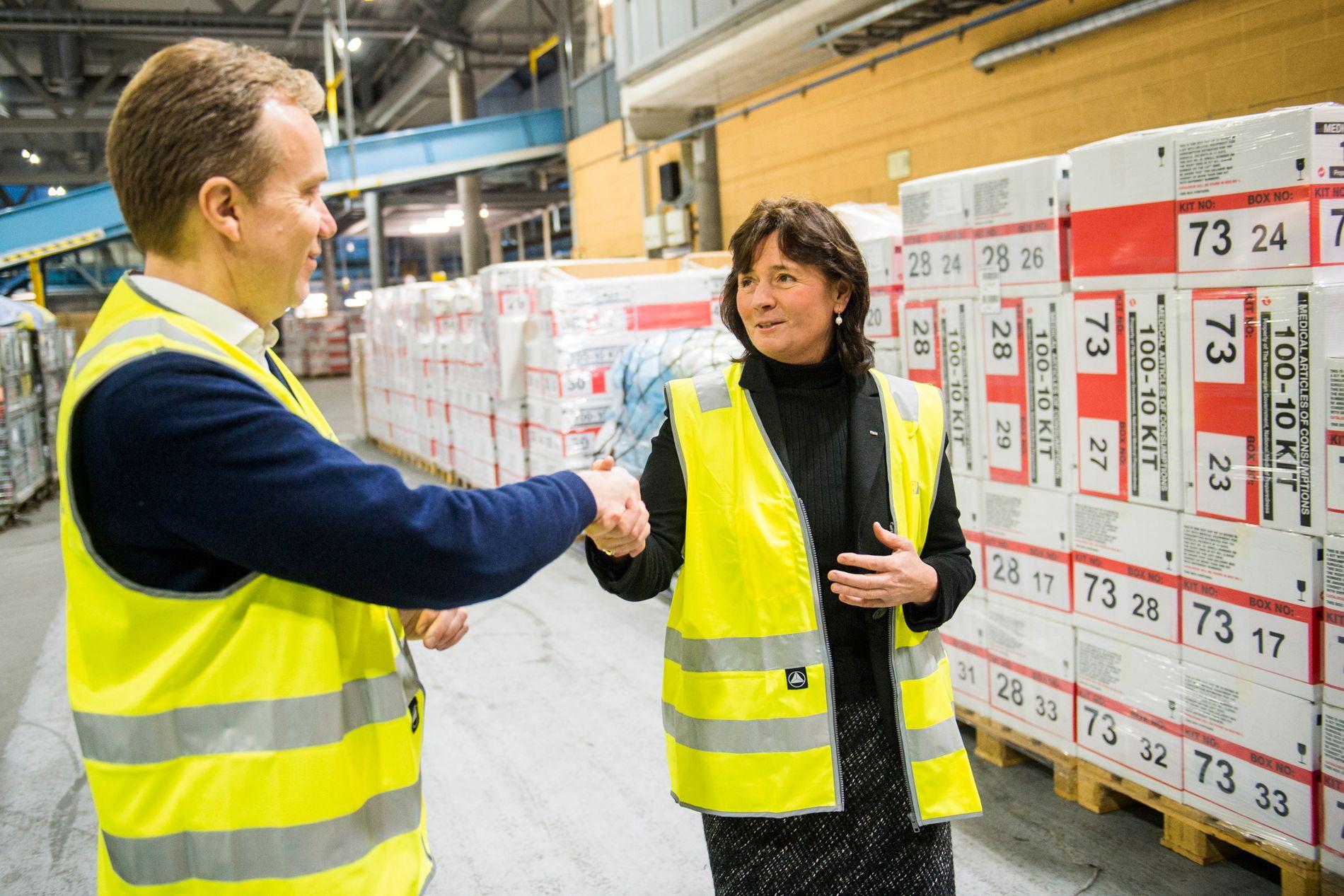 MINDRE PENGER: DSB-sjef Cecilie Daae varsler nå hvilke oppgaver hun ikke kan løse etter store budsjettkutt de siste to årene. Her er hun sammen med utenriksminister Børge Brende (H) på et et lager for medisinsk utstyr på Oslo lufthavn Gardermoen.