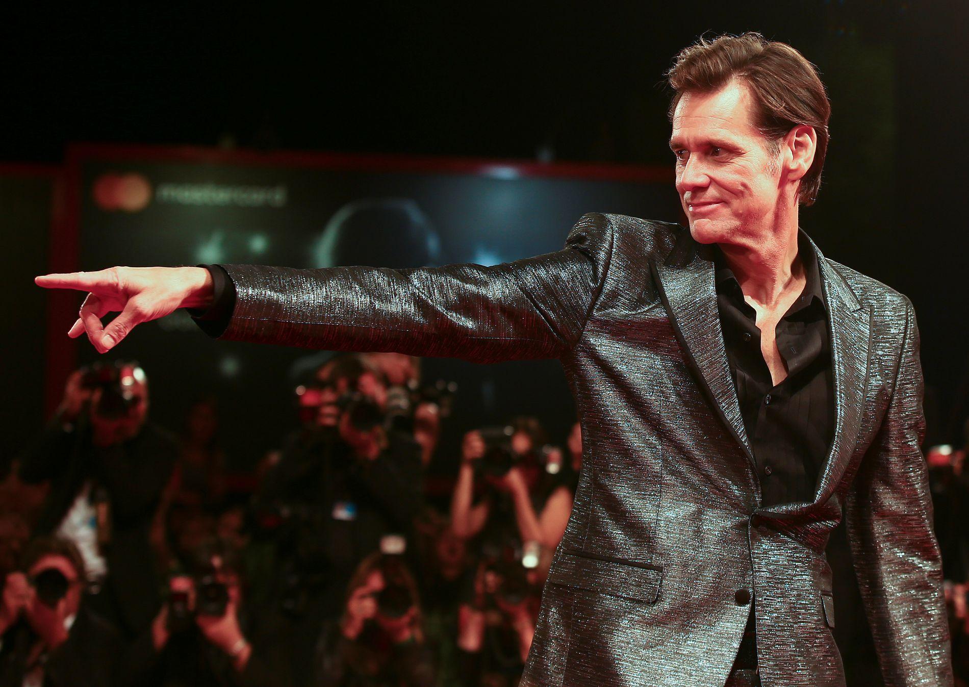 RØD LØPER: Jim Carrey poses på premiere av dokumentarfeilmen «Jim & Andy: The Great Beyond» på filmfestivalen i Venezia 5. september.