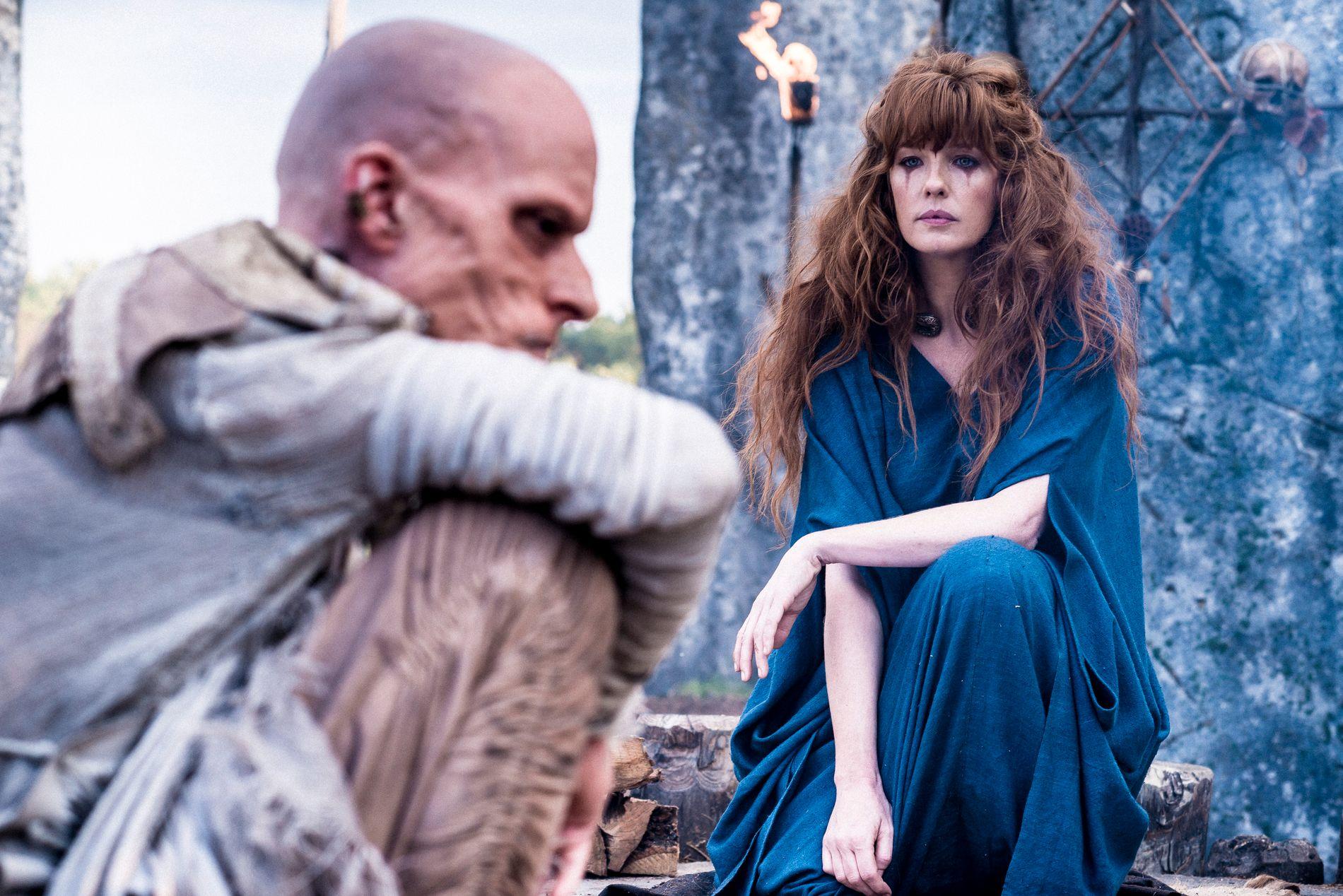 NY HISTORISK SERIE: Mackenzie Crook som Veran og Kelly Reilly som Kerra i «Britannia» som ta rfor seg den romerske invasjonen av de britiske øyer. Foto: Stanislav Honzik/ Sky / HBO