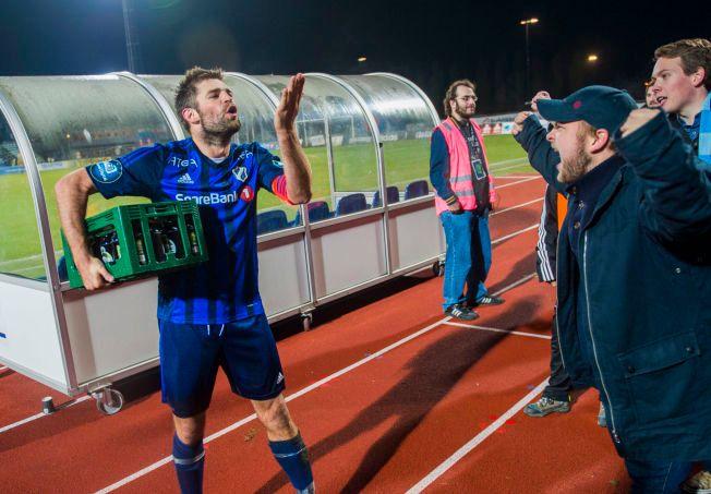 FULL FEST: Stabæk-kaptein Morten Morisbak Skjønsberg jubler med fansen på Nadderud stadion etter seieren mot Start.