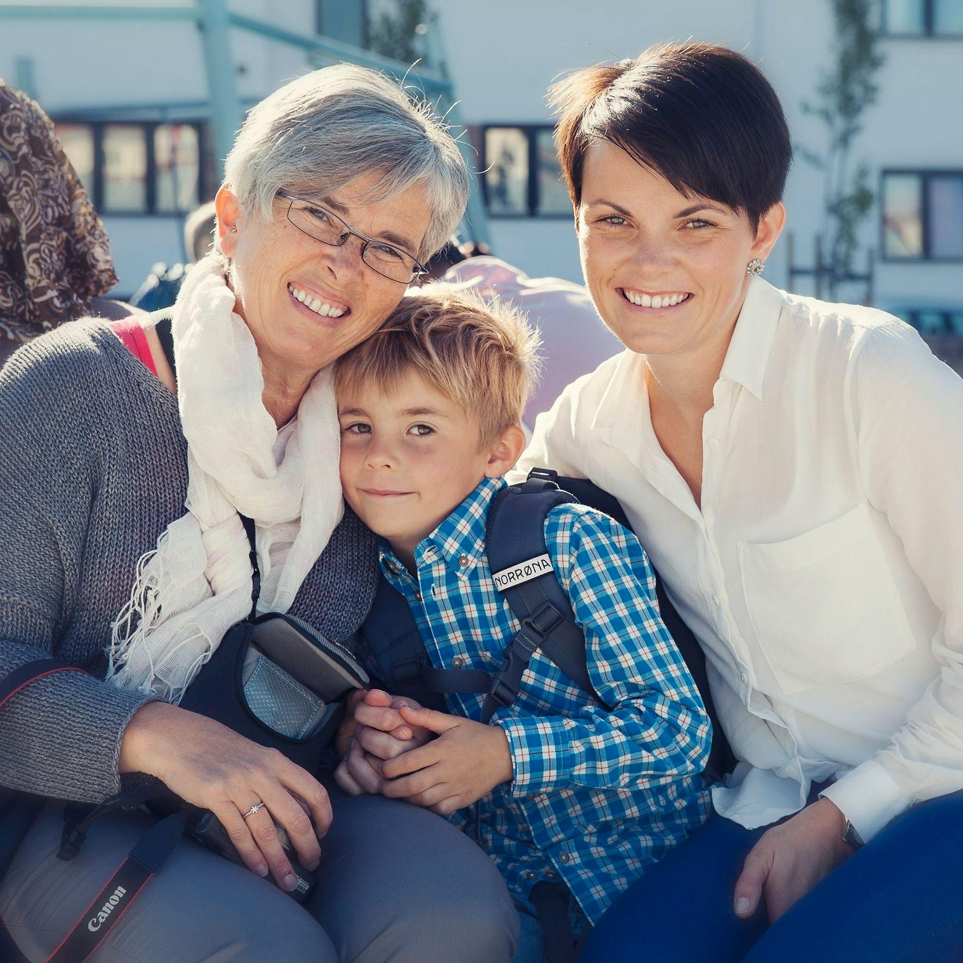 SPENT SKOLEGUTT: August sammen med mormor Marit Gjelsnes og mamma Guro Skjelderup på sin første skoledag. – Det var litt gøy å føle seg så stor, og jeg var spent. Men så ble det bare dritt, sier han idag om skolestarten.
