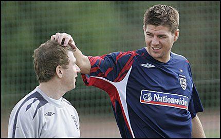 KLAR: Steven Gerrard var i et spøkefullt humør på Englands trening her om dagen. Nå ser det ut til at midtbanekrigeren friskmeldes til lørdagens kamp mot Israel. Foto: AP Photo