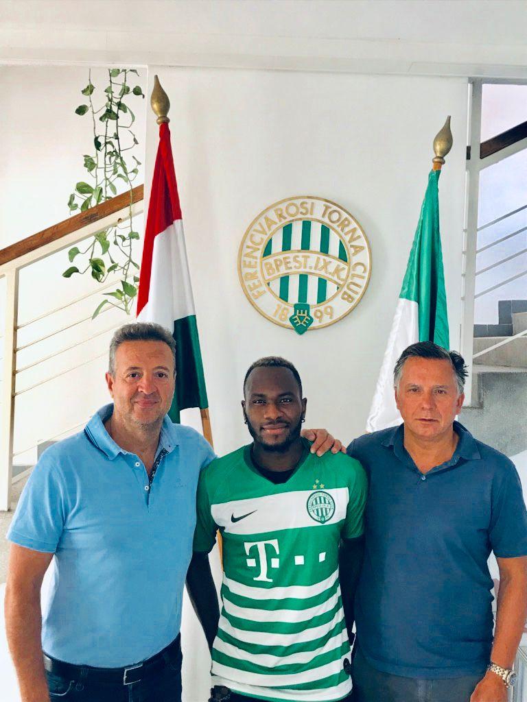 BYTTER KLUBB: Franck Boli er klar for ungarske Ferencváros. Her sammen med agentene Jack Karadas og Ole Petter Drevland.