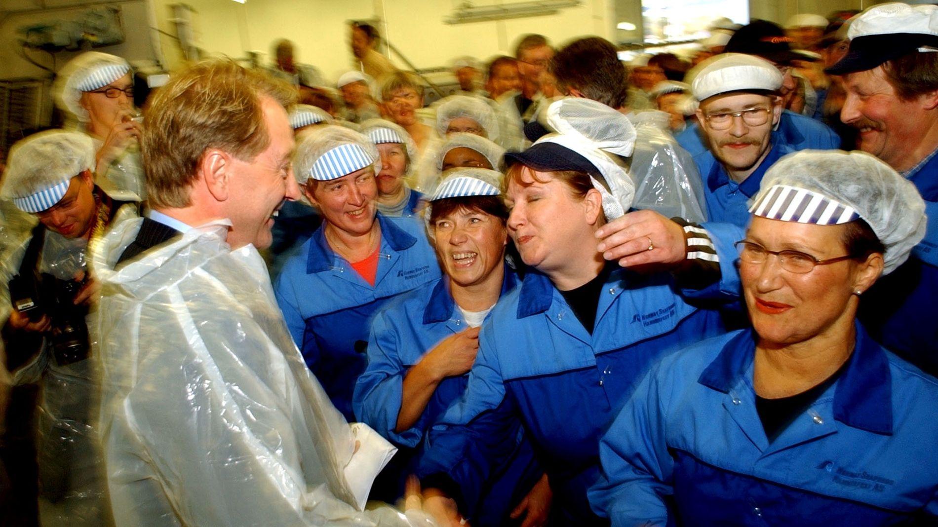 POPULÆR: Kjell Inge Røkke ved åpningen av Norway Seafoods fiskefabrikk i Hammerfest. Han ble mottatt som en pop-stjerne av de ansatte.