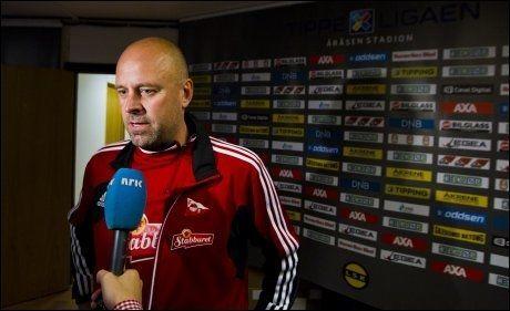 SEIER: Fredrikstad-trener Trond Amundsen snakker med pressen etter møtet med Lillestrøm på Åråsen før landslagspausen. Kampen endte 2-1 til Fredrikstad. Foto: NTB Scanpix