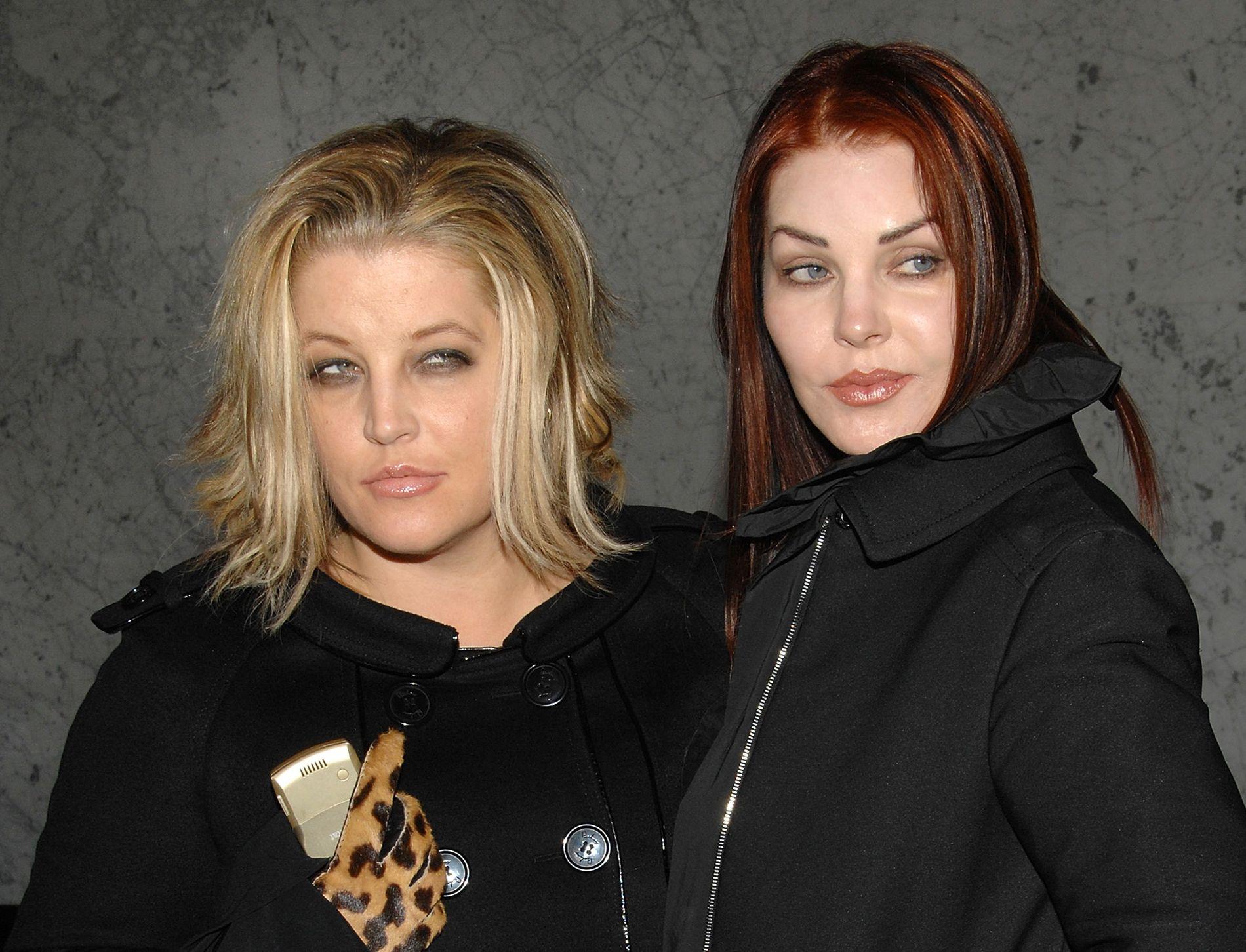 TRÅR TIL: Lisa Marie Presley (t.v.) får hjelp av moren Priscilla Presley mens omsorgskampen pågår. Her er de to avbildet for noen år tilbake.