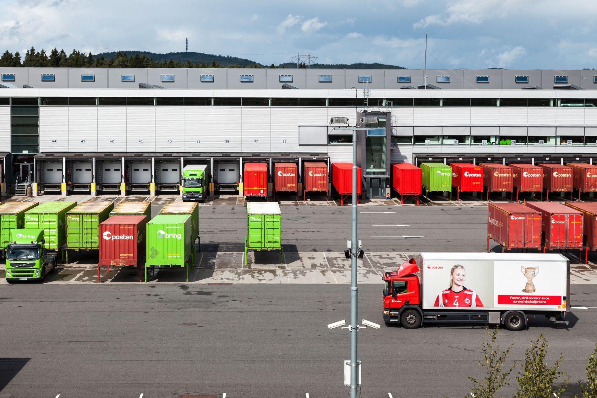SENTRALISERE HIT: Samtidig som Posten vil slutte med A- og B-post, vil de også sentralisere. Brevsorteringen skal gå fra ni terminaler til tre, og Østlandsterminalen i Lørenskog (bildet) skal ta over mye av jobben.