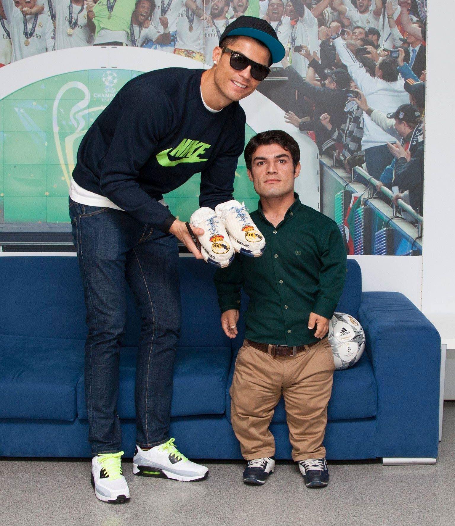 NÅ OGSÅ OSCAR-NOMINERT: Her får fotball-legenden Ronaldo overlevert sine spesialsydde sko av hovedrolleinnehaver i «El Clásico», Wrya Ahmed. Nå har Irak valgt filmen som sitt håp i kampen om å bli nominert til beste utenlandske film under Oscar-utdelingen til vinteren.
